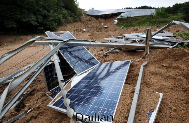 지난 11일 충북 제천시 대랑동에 위치한 태양광 발전시설이 집중호우로 인한 산사태로 붕괴돼 있다.ⓒ데일리안 박항구 기자