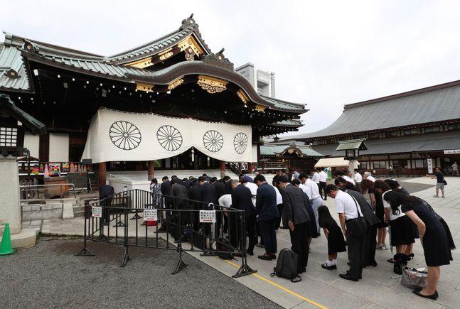지난 2019년 일본 패전일(8월 15일)에 도쿄 야스쿠니 신사를 찾은 시민들이 참배하고 있는 모습(자료사진). ⓒAP/뉴시스