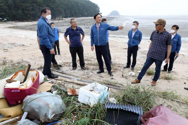 임준택(왼쪽에서 네 번째) 수협중앙회장이 12일 한강 하구 지역 어촌을 찾아 폭우로 육상에서 유입된 쓰레기 현장을 살펴보고 있다.ⓒ수협중앙회