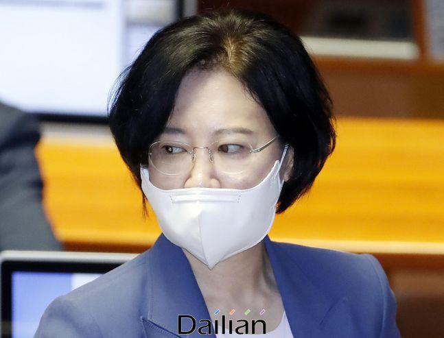 이수진 더불어민주당 의원이 지난 6월 5일 서울 여의도 국회에서 열린 21대 국회 첫 본회의에 참석한 후 본회의장을 나서고 있다.ⓒ뉴시스