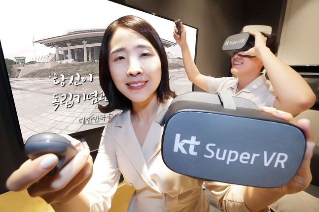 KT 모델이 독립기념관 360도 VR 영상을 소개하고 있다.ⓒKT