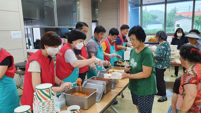 KT 임직원들이 7일부터 강원도 철원군 김화읍 생창리 마을회관에서 이재민과 자원봉사자를 대상으로 '사랑의 밥차' 배식활동을 진행하는 모습.ⓒKT