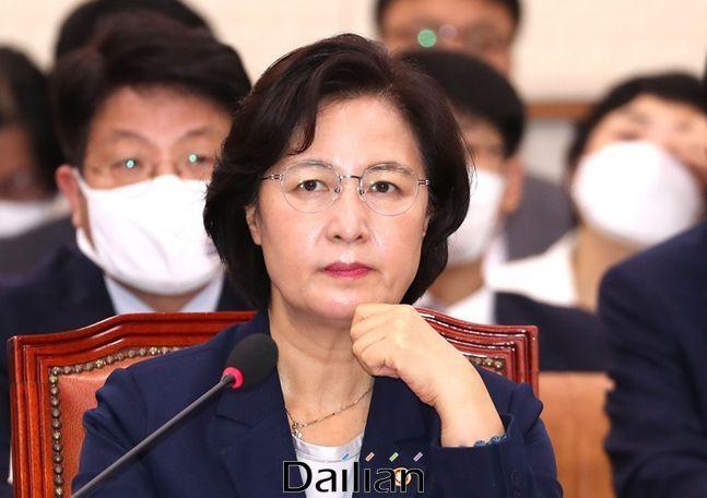 국회 법사위에 출석해 의원들의 질의를 듣고 있는 추미애 법무부장관(자료사진) ⓒ데일리안 박항구 기자