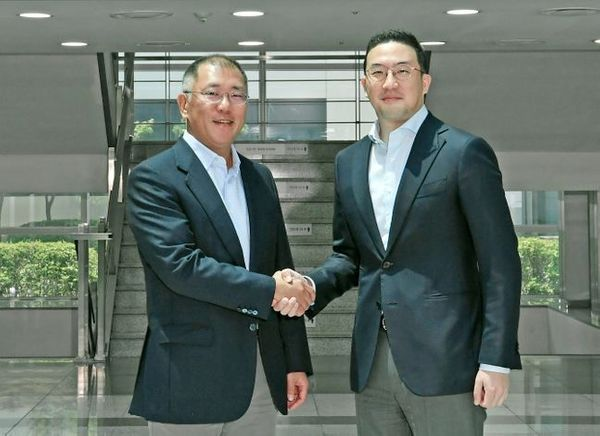 정의선 현대차그룹 수석부회장(왼쪽)과 구광모 LG그룹 회장이 6월 22일 충북 오창 LG화학 공장에서 만나 악수하고 있다. ⓒ현대자동차그룹