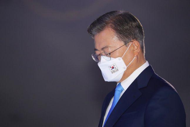 문재인 대통령이 15일 서울 중구 동대문디자인플라자에서 열린 제75주년 광복절 경축식에서 국민의례를 하고 있다. ⓒ뉴시스