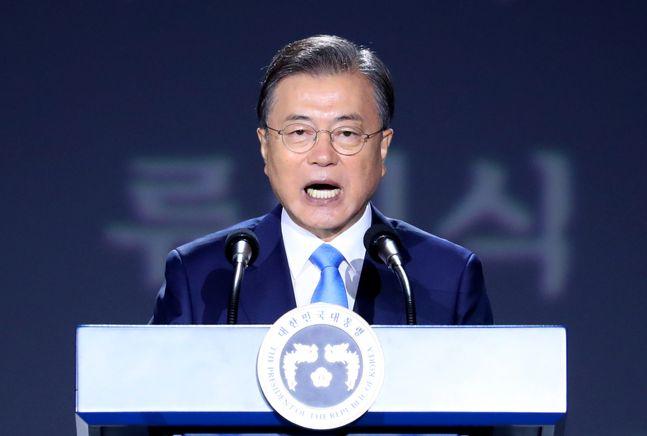 문재인 대통령이 15일 서울 중구 동대문디자인플라자에서 열린 제75주년 광복절 경축식에 참석해 경축사를 하고 있다. ⓒ뉴시스
