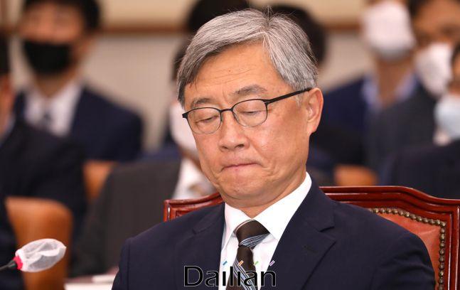 최재형 감사원장이 지난달 29일 열린 국회 법제사법위원회 전체회의에서 의원들의 질의를 들으며 굳은 표정을 하고 있다.ⓒ데일리안 박항구 기자