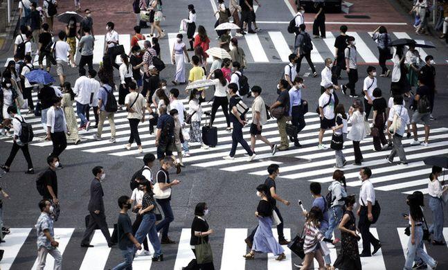 13일(현지시간) 일본 도쿄 시부야에서 코로나19 확산 예방을 위해 마스크를 쓴 사람들이 건널목을 걷고 있다.(자료사진)ⓒ뉴시스