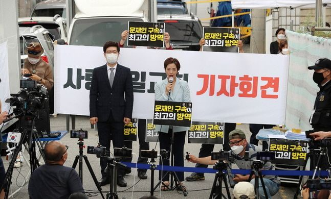 사랑제일교회 및 전광훈 목사 공동변호인 강연재 변호사(오른쪽 마이크 든 이)가 17일 오전 서울 성북구 사랑제일교회 인근에서