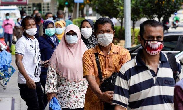 말레이시아 쿠알라룸푸르 시내의 한 도축 시장(Wet Market)에서 신종 코로나바이러스 감염증(코로나19) 확산을 막기 위해 마스크를 쓴 주민들이 고기를 사기 위해 줄 서 있다.ⓒ뉴시스