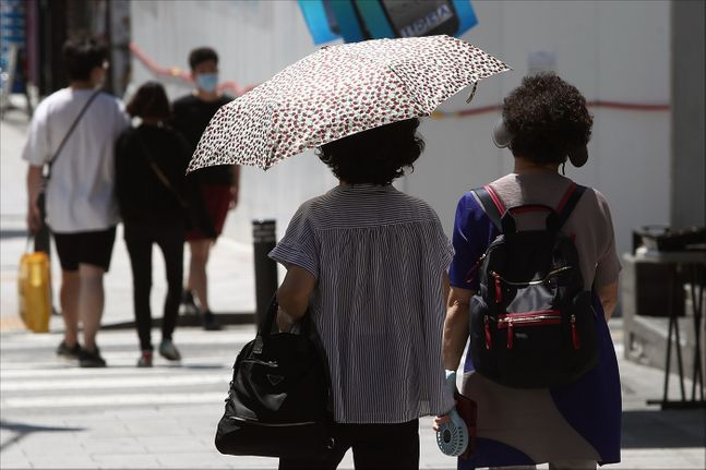 서울 용산구 이태원역 인근에서 양산을 쓴 시민들이 길을 지나고 있다.(자료사진) ⓒ데일리안 홍금표 기자