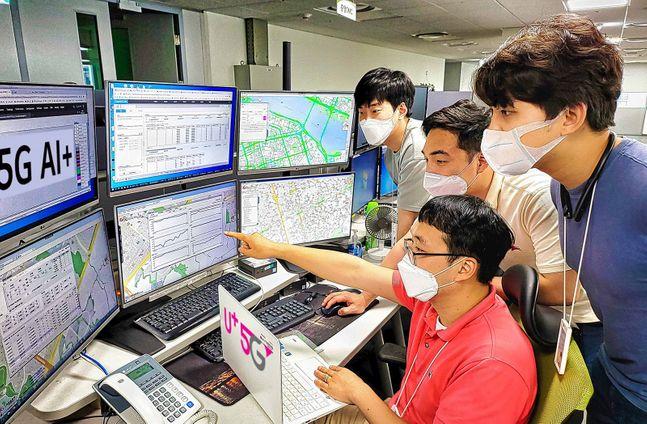 LG유플러스가 고객 품질정보를 AI엔진으로 분석해 서비스 품질을 자동 최적화하는 '5G AI+' 시스템을 가동했다고 18일 밝혔다. 사진은 LG유플러스 네트워크(NW)부문 직원들이 설계분석지원시스템을 통해 서울 서부지역 네트워크 품질정보를 확인하고 있는 모습.ⓒLG유플러스