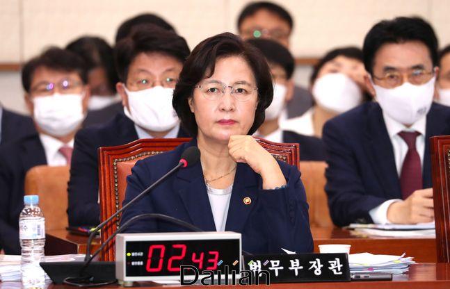 추미애 법무부 장관이 지난 7월 27일 열린 국회 법사위 전체회의에서 의원들의 질의를 듣고 있다.ⓒ데일리안 박항구 기자