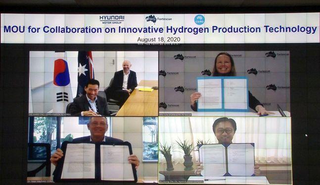 18일 온라인 화상회의로 진행된 '현대자동차, CSIRO, 포테스큐의 혁신적 수소 생산 기술 개발을 위한 MOU 체결식'에서 참석자들이 서명을 하고 있다. ⓒ현대자동차