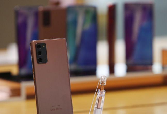 삼성전자 스마트폰 '갤럭시노트20'가 서울 서초구 삼성 딜라이트샵에 진열된 모습.ⓒ데일리안 류영주 기자