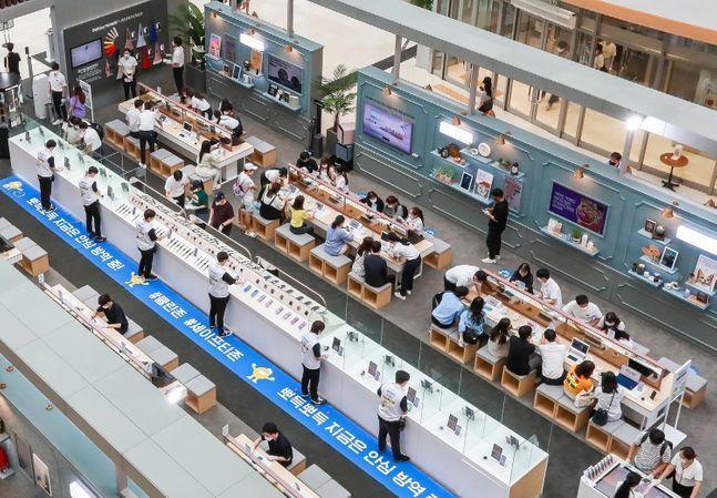 삼성전자가 지난 8일 오픈한 서울 영등포 타임스퀘어 '갤럭시노트20 스튜디오'에서 방문객들이 제품을 사용해보고 있다.ⓒ삼성전자