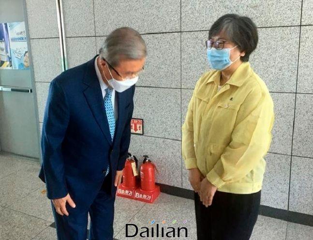 미래통합당 김종인 비상대책위원장이 지난 21일 오후 충북 청주시 질병관리본부를 방문해 정은경 본부장을 만나고 있다. ⓒ미래통합당 제공