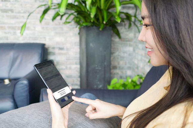 SK텔레콤 모델이 '삼성 블록체인 키스토어'가 연동된 블록체인 기반 모바일 전자증명 서비스