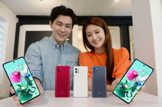 LG전자 모델이 5G 보급형 스마트폰 Q92를 소개하고 있다.ⓒLG전자