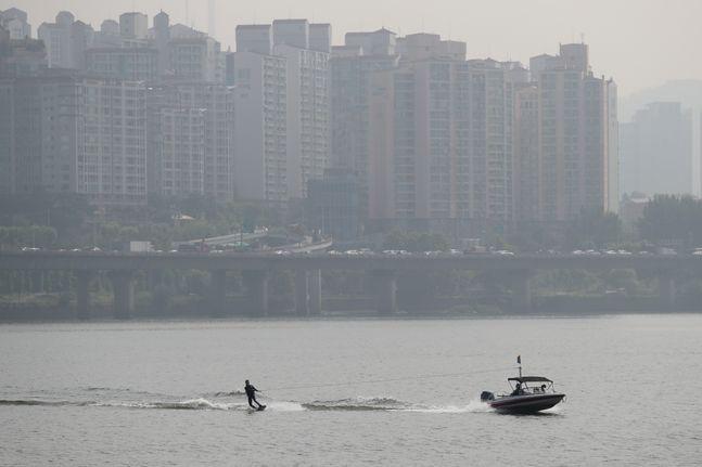 지난달 9일 오전 서울 여의도 한강 공원에 시민들이 수상레저스포츠를 즐기고 있다.(자료사진)ⓒ데일리안 류영주 기자