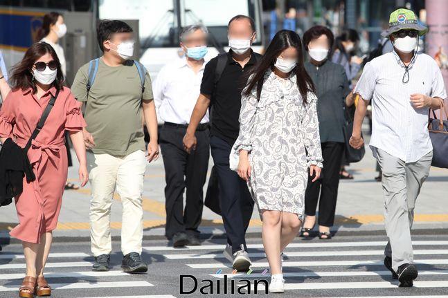 서울 종로구 광화문네거리에서 마스크를 쓴 시민들이 출근하고 있는 모습(자료사진). ⓒ데일리안 류영주 기자