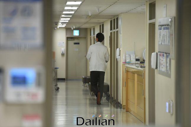 서울 한 대학병원에서 의료진들이 업무를 보고있는 모습(자료사진). ⓒ데일리안 류영주 기자