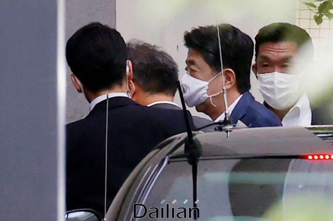아베 신조 일본 총리가 지난 24일 도쿄 신주쿠 게이오대학병원에 들어서고 있다. ⓒAP/뉴시스