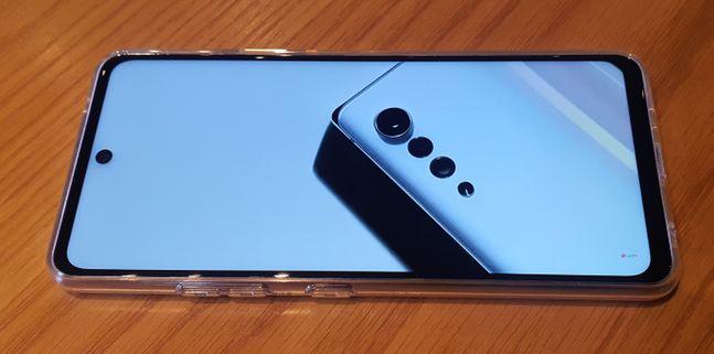 LG전자 스마트폰 'LG Q92'로 동영상을 시청하는 모습.ⓒ데일리안 김은경 기자