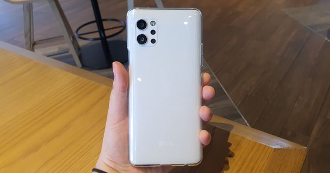 LG전자 스마트폰 'LG Q92'에 기본 제공하는 실리콘 케이스를 씌운 모습.ⓒ데일리안 김은경 기자
