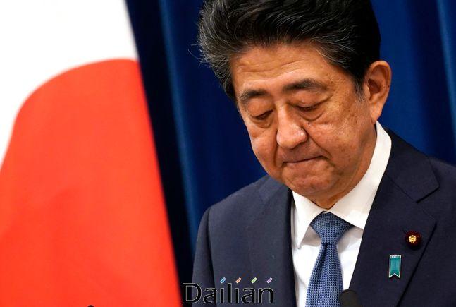 아베 신조 일본 총리가 28일 도쿄 총리공관에서 사임 기자회견을 갖고 있다. ⓒAP/뉴시스