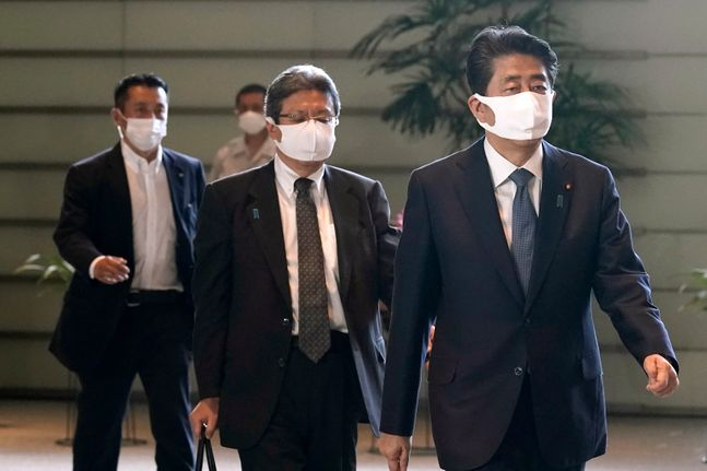 아베 신조 일본 총리가 28일 도쿄 총리 공관에 걸어들어 오고 있다. ⓒAP/뉴시스