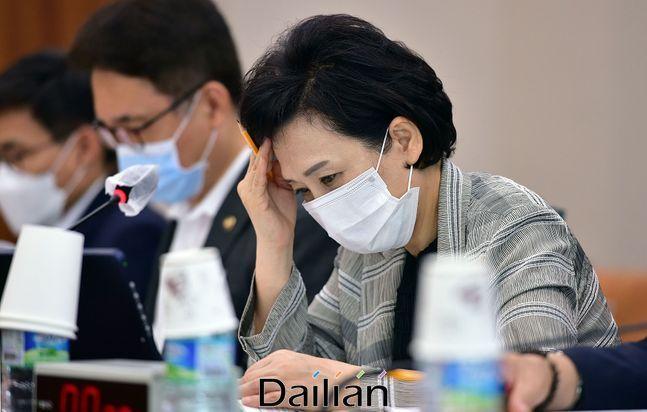 지난 25일 국회에서 열린 국토교통위원회 전체회의에서 김현미 국토교통부 장관이 생각에 잠겨있다.ⓒ데일리안 박항구 기자