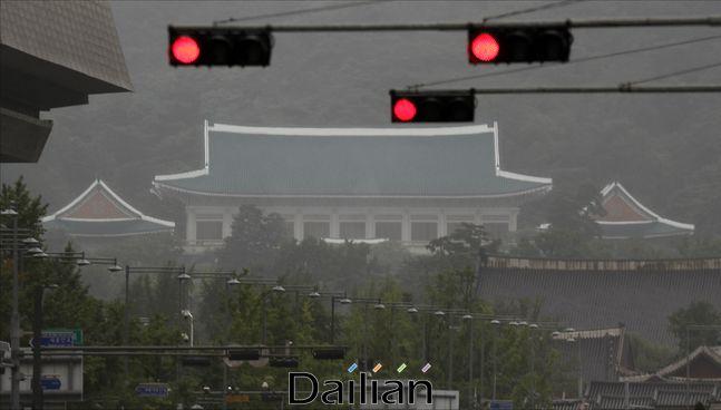 8월 10일 오전 서울 광화문 세종대로에서 바라본 청와대 위로 적색 신호등이 들어와 있다. ⓒ데일리안 홍금표 기자