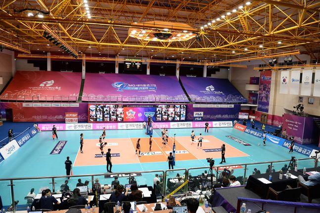 충북 제천 실내체육관에서 열리고 있는 2020 제천·MG새마을금고컵 프로배구 대회가 엄격한 방역 지침 속에 치러지고 있다. ⓒ KOVO