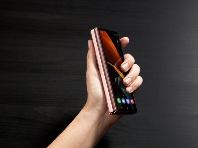 삼성 갤럭시 Z 폴드2 미스틱 브론즈 모델 접은 모습.ⓒ삼성전자