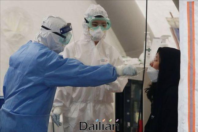 서울의 한 선별진료소에서 코로나19 관련 의심환자에 대한 진단검사가 시행되고 있다.(자료사진)ⓒ데일리안 홍금표 기자