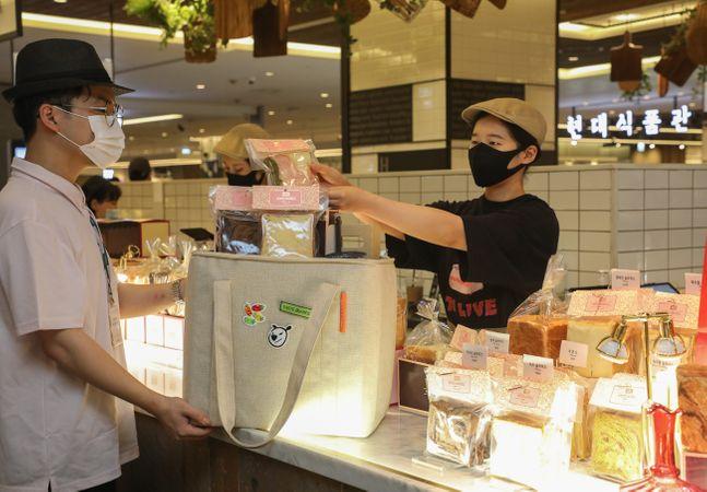 현대백화점 무역센터점 직원이 베이커리 브랜드