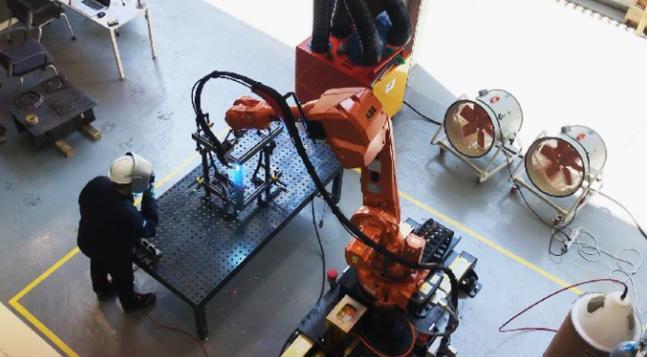 산업용 다관절 로봇이 현대건설 공사 현장에서 용접 작업을 하고 있다. ⓒ현대건설