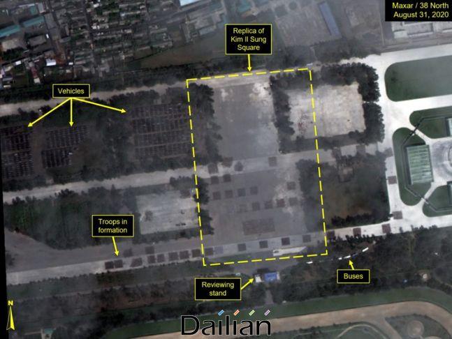 평양 미림비행장 일대에 김일성 광장을 본따 마련된 장소에서 대열을 갖춘 병력들이 포착된 모습. ⓒ38노스 홈페이지 갈무리