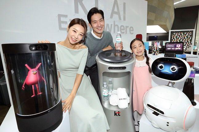 KT 홍보모델들이 지난해 10월 30일 서울 종로구 광화문 KT스퀘어에서 열린 AI 컴퍼니 선언 기자간담회에서 KT의 AI 디바이스들을 소개하고 있다.ⓒKT
