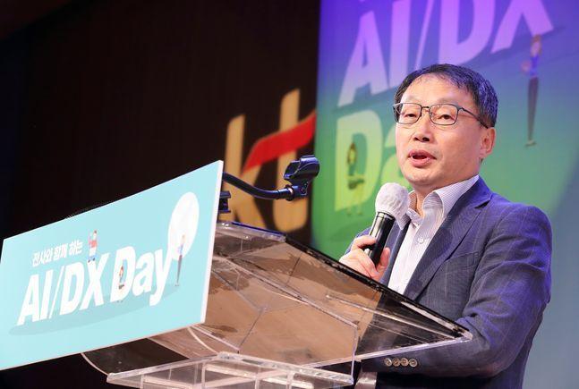 구현모 KT 대표가 지난달 7일 오후 서울 종로구 광화문 KT스퀘어에서 열린 'AI·DX 데이'에서 ABC사업의 중요성과 추진방향에 대해 강조하고 있다.ⓒKT