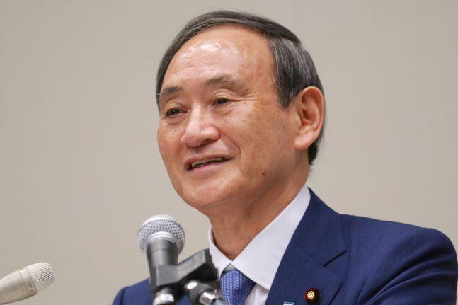 스가 요시히데 일본 관방장관이 지난 2일 도쿄에서 기자회견을 열고 자민당 총재 선거 입후보를 공식적으로 표명하고 있다. ⓒAP/뉴시스