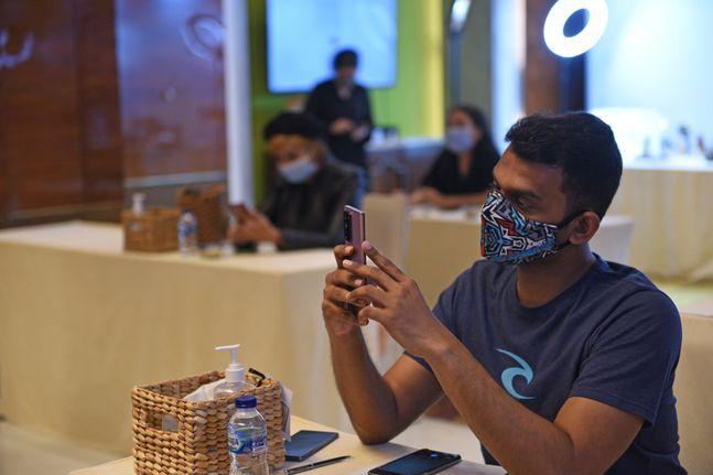 지난달 18일 인도네시아 자카르타에서 열린 삼성전자 스마트폰 '갤럭시노트20' 출시 행사에 참석한 현지 기자들이 제품을 체험하고 있는 모습.ⓒ삼성전자