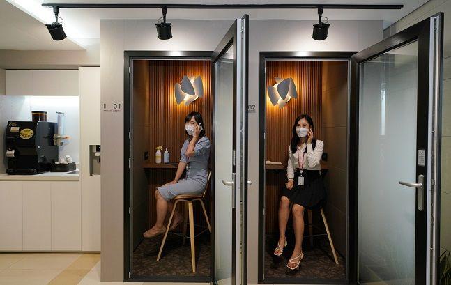 롯데건설 임직원들이 사내에 설치된 '프라이빗 부스'를 이용하고 있다.ⓒ롯데건설