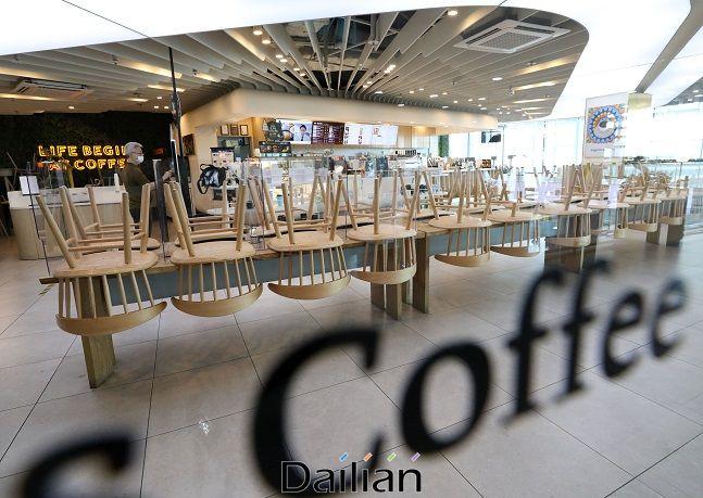 신종 코로나바이러스 감염증(코로나19) 확산을 막기 위한 사회적 거리두기 2.5단계가 이어지고 있는 8일 서울 시내의 한 프랜차이즈 카페의 좌석이 정리되어 있다. ⓒ뉴시스