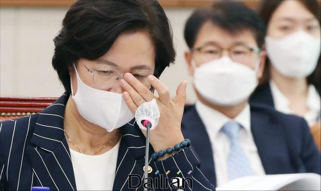 추미애 법무부 장관이 지난달 25일 오후 서울 여의도 국회에서 열린 국회 법제사법위원회 전체회의에서 생각에 잠겨 있다.ⓒ데일리안 박항구 기자