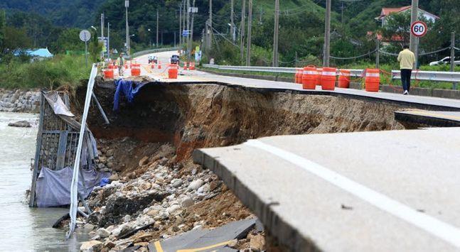 제10호 태풍 하이선에 유실된 강원 양양군 현북면 원일전리 59번 국도가 이틀째 전면 통제되고 있다. ⓒ연합뉴스