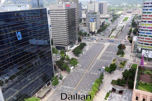 코로나19가 폭발적으로 확산되며 사회적거리두기 2단계가 발령된 가운데 지난달 23일 서울 광화문 세종대로 일대 도로가 텅 빈 모습을 보이고 있다.(자료사진) ⓒ사진공동취재단