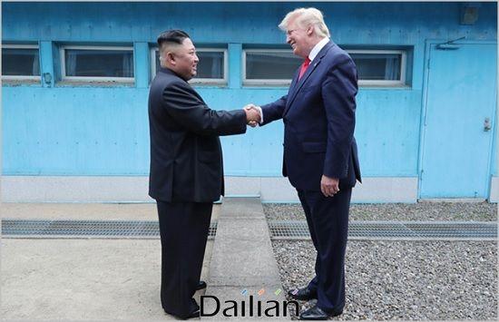 도널드 트럼프 미국 대통령과 김정은 북한 국무위원장이 지난 2019년 6월 30일 판문점에서 회동하고 있는 모습(자료사진). ⓒ조선중앙통신