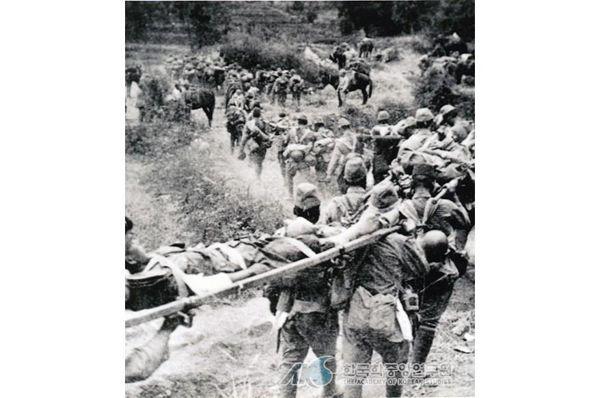 '청산리 전투에서 패하고 철수하는 일본군'으로 잘못 알려진 사진ⓒ한국민족문화대백과사전 출처로 알려졌지만, 원 출처는